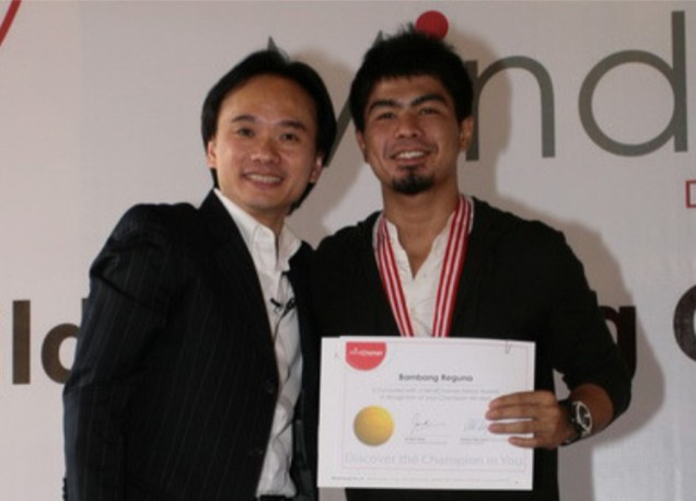 Bams (right) being honoured as MindChamps Youth Fel low by David Chiem, MindChamps Founder & Group CEO